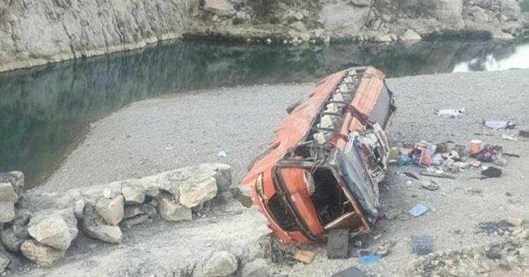 Pakistan'da yolcu otobüsü aşırı hız nedeniyle devrildi: 18 ölü