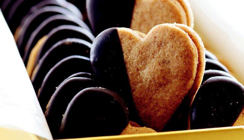 Kahveli Karamelli Kalp Bisküvi