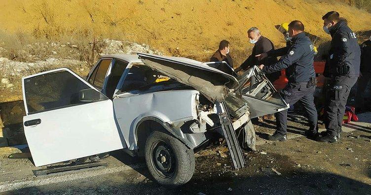Kamyon ile otomobil kafa kafaya çarpıştı: Parçalanan araçtan sağ kurtuldu