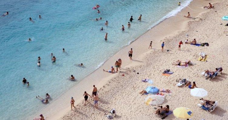 Antalya'nın ünlü Kaputaş Plajı'nda deniz ve güneş keyfi