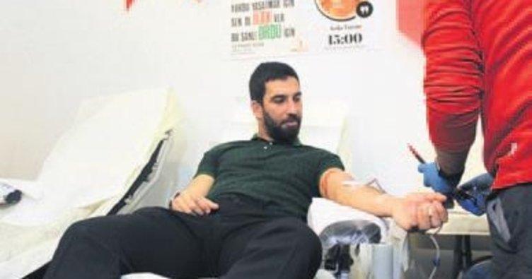 Arda Turan'dan Mehmetçiğe kan bağışı