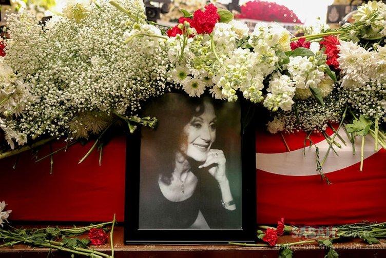 Son Dakika Haber: Yıldız Kenter'in cenaze törenine sevenleri akın etti... Usta tiyatrocu Yıldız Kenter son yolculuğuna uğurlandı!