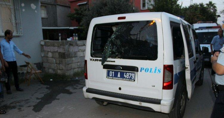 Adana'da polis aracına taşlı saldırı!