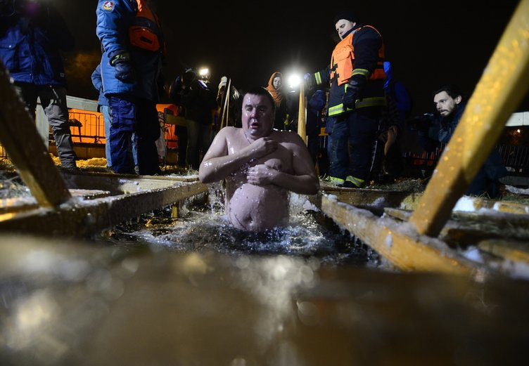 Günahlardan arınmak için buzlu suya girdiler