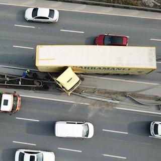 Esenyurt'ta TIR bariyerlere çarptı, trafik aksıyor