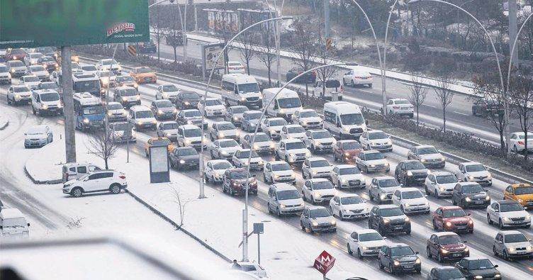 Bir parmak kar Ankara'yı felç etti