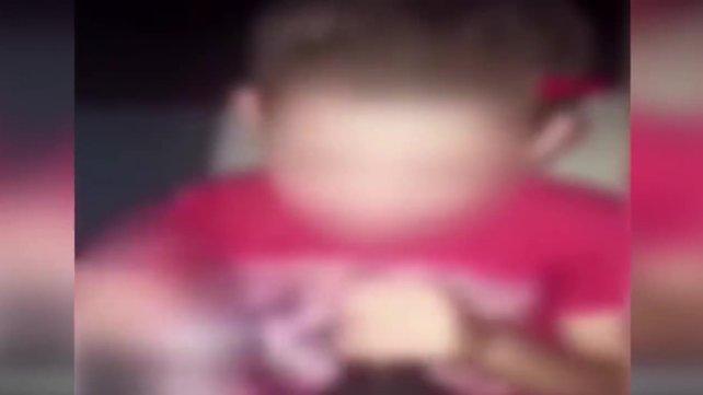 Son dakika haberi   Sosyal medyada skandal görüntüler! Küçük çocuğa zorla alkol içirip...   Video