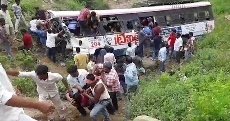 Otobüs uçuruma devrildi: 55 ölü