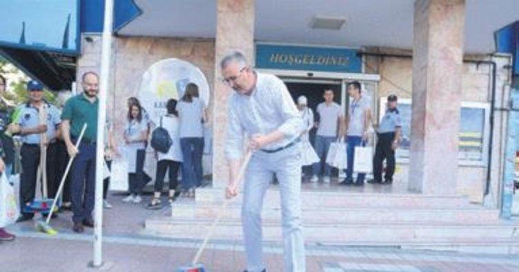 Başkan belediyenin önünü süpürdü
