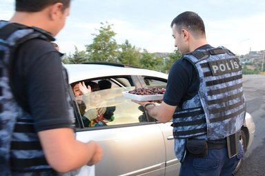 Diyarbakır'da polislerden vatandaşlara iftar ikramı