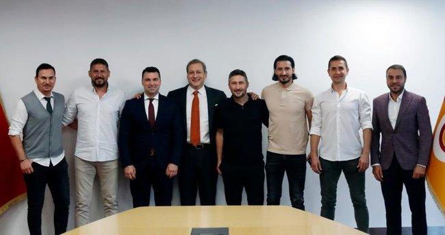 Galatasaraylı eski futbolculardan Burak Elmas'a ziyaret!