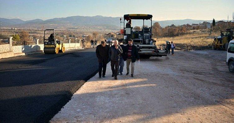 Gediz'de hastane yoluna sıcak asfalt