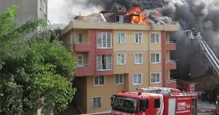 Ataşehir'de 6 katlı binanın çatısı alev alev yandı