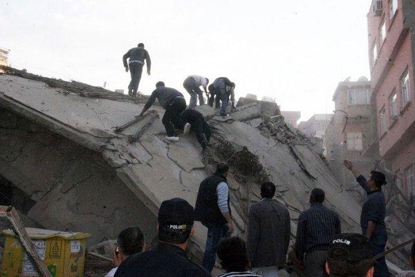 Siirt'te bina çöktü : 5 yaralı