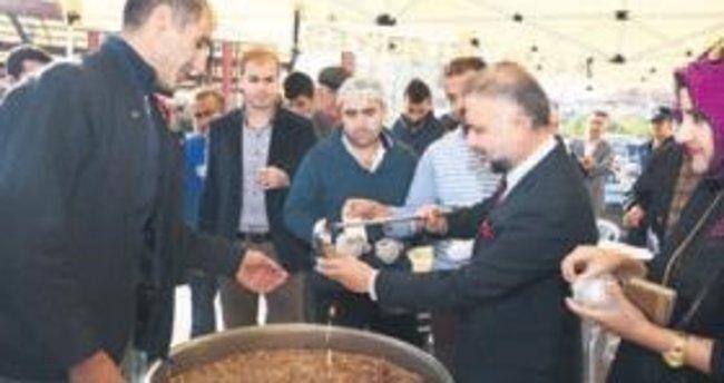 Başkan Ertürk'ten aşure dağıtımı