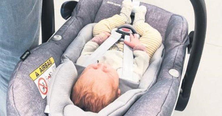 Dalgın çift bebeği unuttu