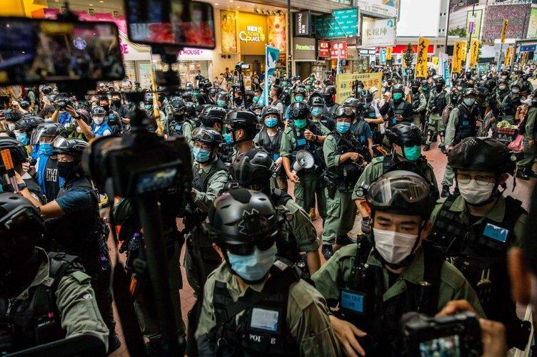 Hong Kong'da sokaklar yine karıştı! On binlerce insan sokaklarda...