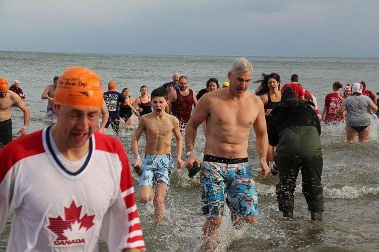 Yüzlerce kişi buz gibi suya girdi