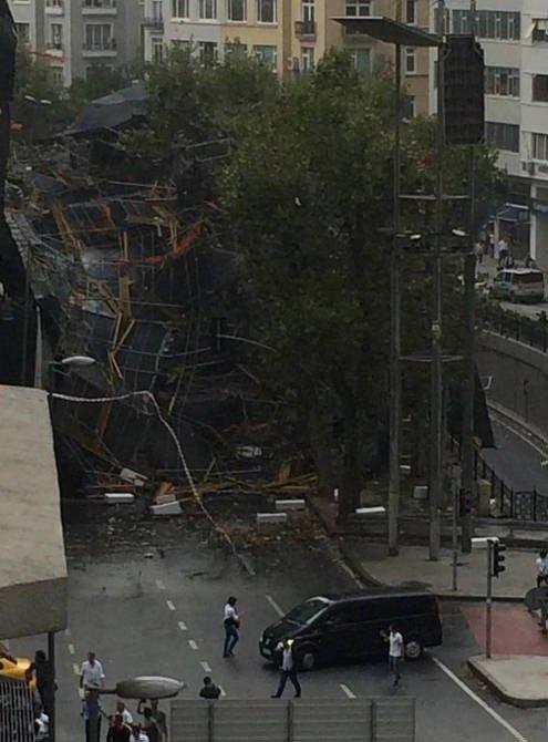 Harbiye'de inşaat iskelesi çöktü