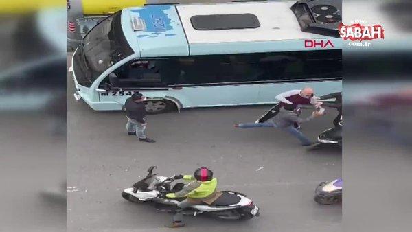 İstanbul  Kadıköy'de kuryelerin ayırdığı minibüsçülerin kavgası kamerada   Video