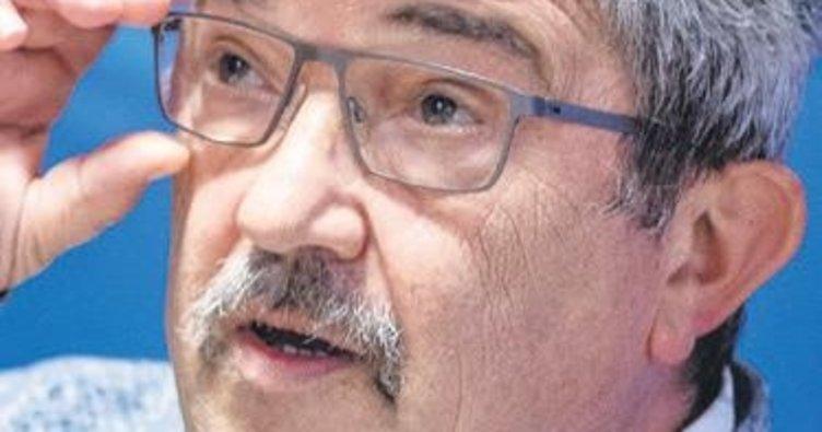 Irkçıdan silah alan bakan istifa etti