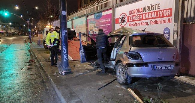 Eyüpsultan'da kontrolden çıkan otomobil duvara çarptı: 2 yaralı