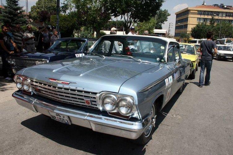 Klasik otomobil tutkunları Afyonkarahisar'da