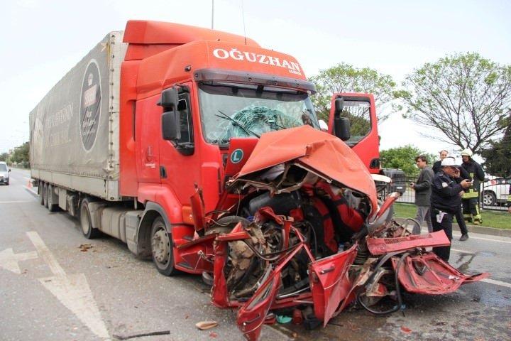 Otomobil iki TIR'ın arasında kaldı: 1 ölü