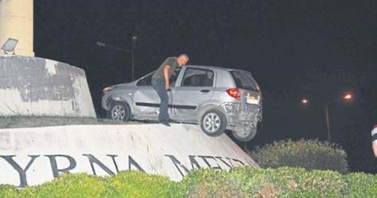 İzmir'de otomobil anıtın üstüne çıktı