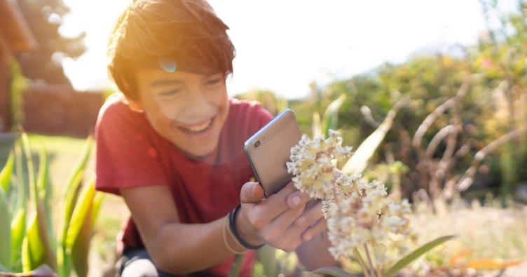 Okul öncesi çocuklar fotoğrafı mobil cihazlarla çekiyor