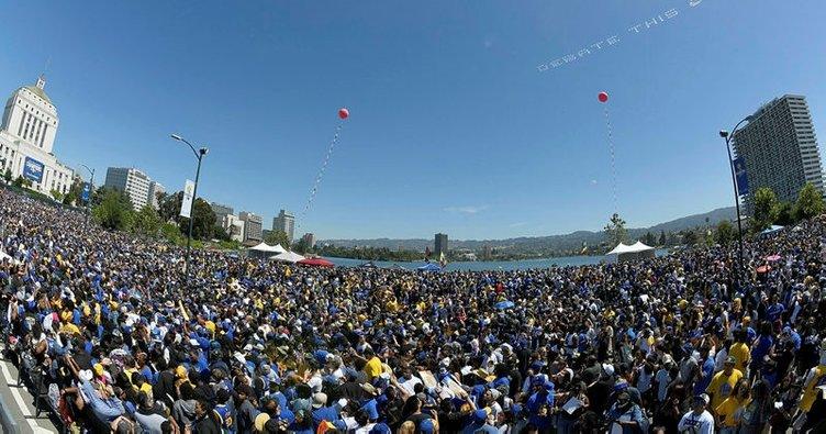 Golden State Warriors, şampiyonluğu 1 milyon taraftarla kutladı