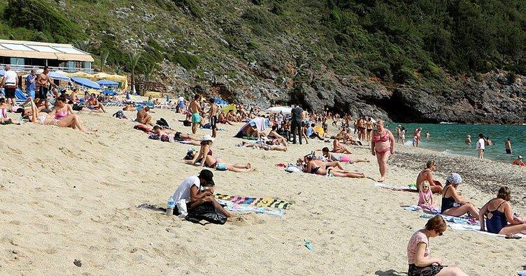 Alanya'da deniz keyfi! Güneşli havayı fırsat bilenler soluğu plajlarda aldı