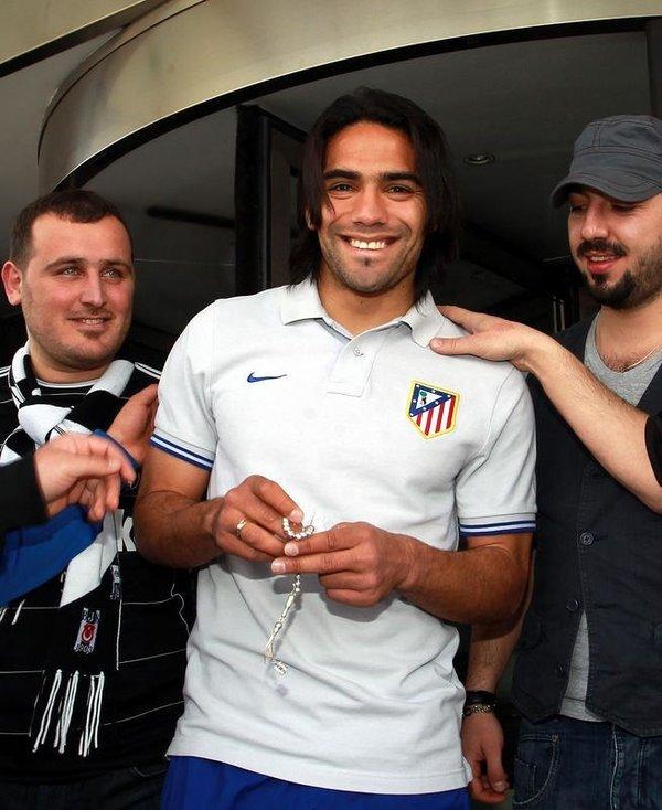 Çarşı, Atletico golcüsüne tespih hediye etti