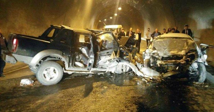 Tünelde iki araç kafa kafaya çarpıştı: 3 ölü, 3 yaralı!