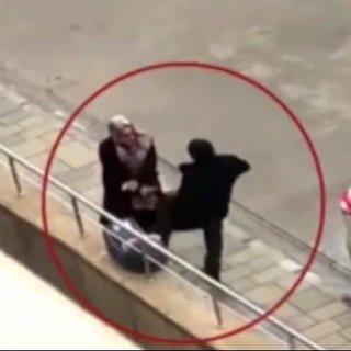 Bebeğin yanında kadına tekme atan erkek