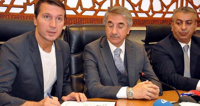 Bayram Bektaş'tan Elazığspor'a 1,5 yıllık imza