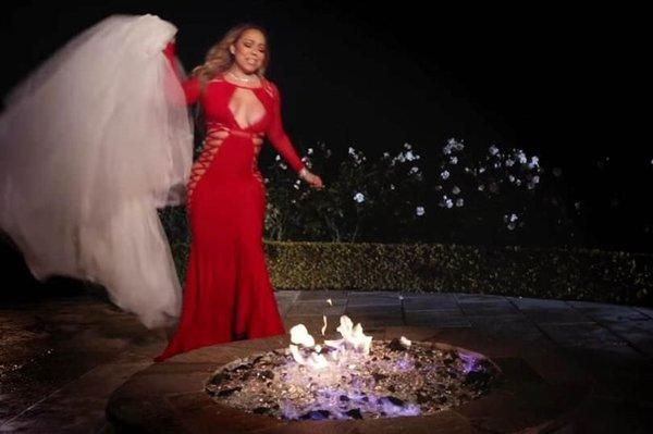 Mariah Carey 900 bin TL'lik gelinliği yaktı!