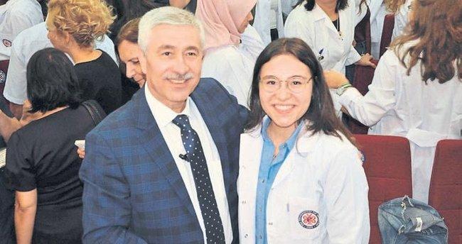 Rektör, kızına beyaz önlük giydirdi