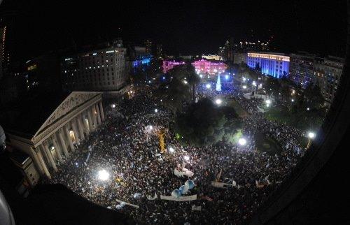 Arjantinliler tencere tavalarla sokaklarda
