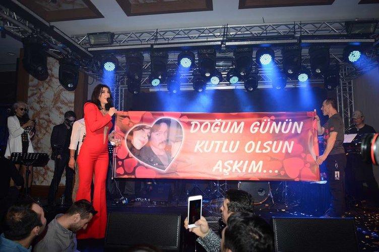 Hande Yener'e Ümit Cem Şenol'dan pankartlı jest