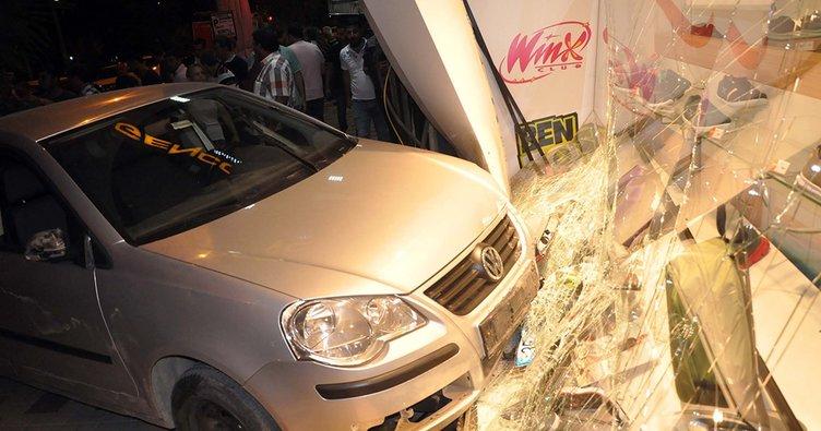 Kaza yapan otomobil mağazaya daldı