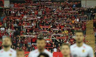 Taraftar mali kriz, transfer yasağı dinlemedi; ilk maçı 12 bin kişi izledi