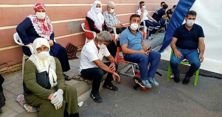 Son dakika: Diyarbakır'daki evlat nöbetine bir anne daha katıldı: Allah'tan bulsunlar