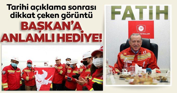 SON DAKİKA: Tarihi doğal gaz açıklamasının ardından dikkat çeken görüntü! Başkan Erdoğan'a hediye ettiler...