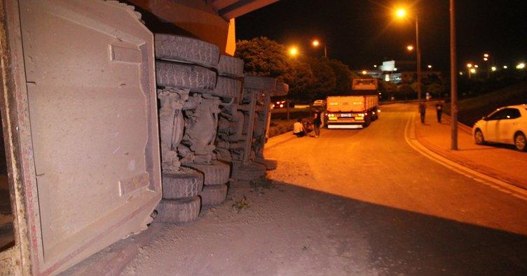 Virajı alamayan tır'ın kasasındaki kamyon yola düştü