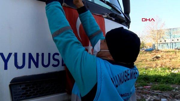 Manisa'da çöpte bulduğu Türk bayrağını öpüp, çöp kamyonunun önüne astı | Video