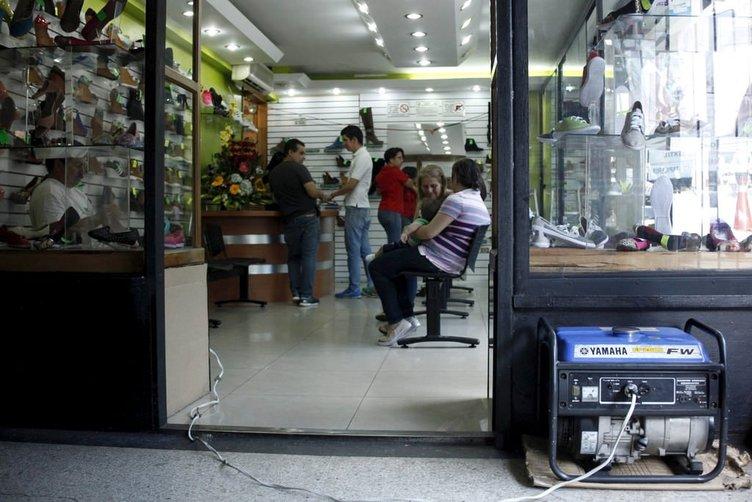Venezuela'da yağma olayları başladı