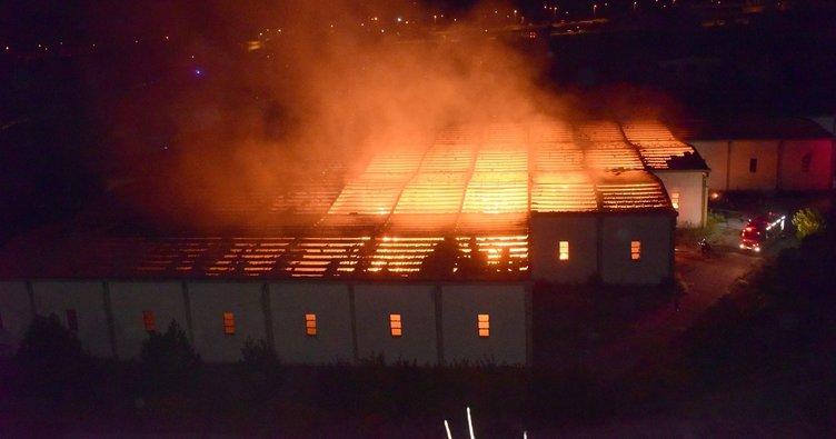Kayseri'de kağıt fabrikasında yangın! Alevler geceyi aydınlattı