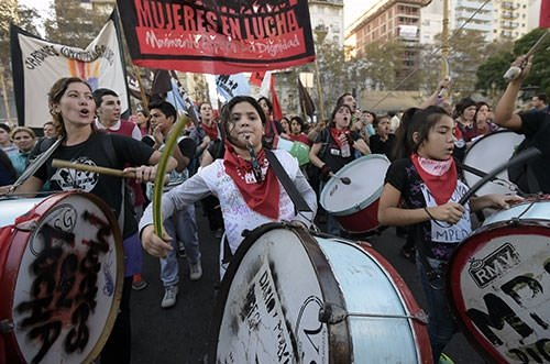 Binlerce kişi kadın cinayetlerine karşı sokakta