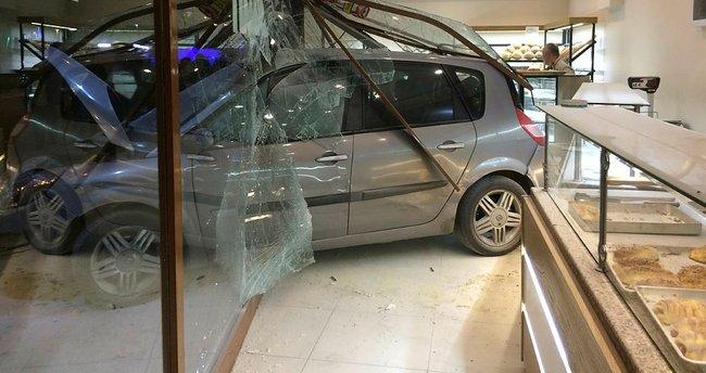 Otomobil fırına daldı: 12 yaralı